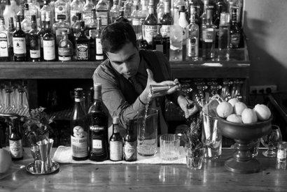 ברמן מוזג וויסקי לתוך כוס שתייה